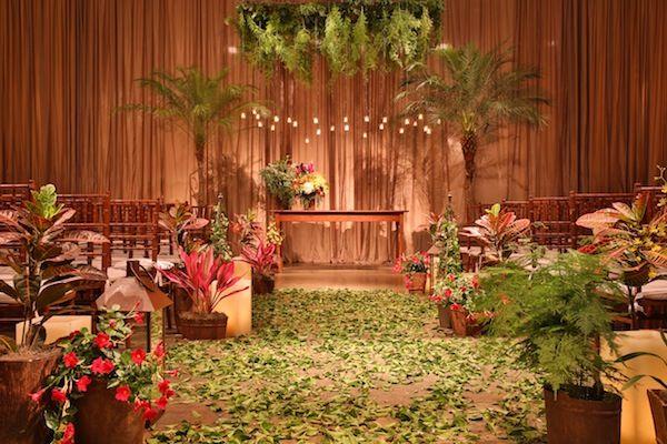Decoração rústica tropical para cerimônia nas cores vermelho, laranja, amarelo e verde.    Casamento no Jardim Leopoldina | Decoração Rústico Tropical | Vestida de Noiva | Blog de Casamento por Fernanda Floret