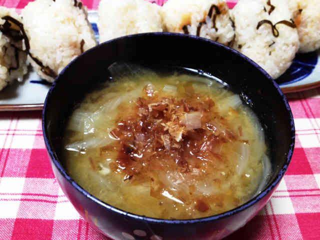 鰹節タップリ玉ねぎのお味噌汁。の画像