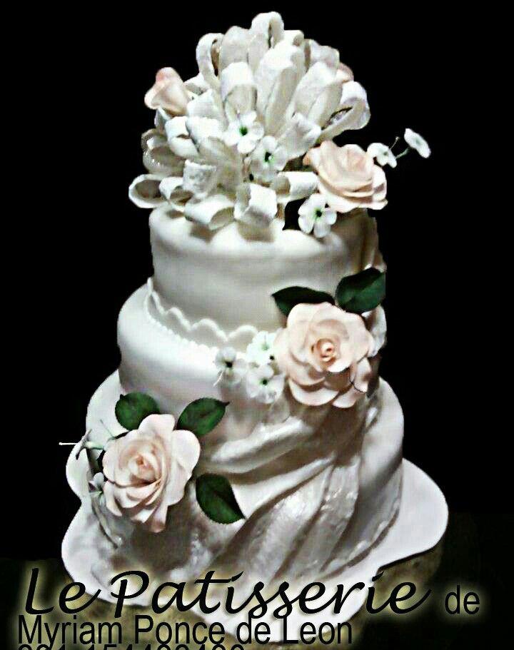 Cake de bodas con rosas e importante moño de azucar