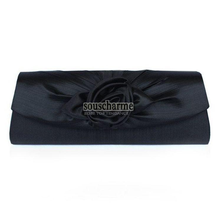 Pochette soirée noire pas cher en satin fermoir rabat aimant rehaussé de fleur sac à main femme