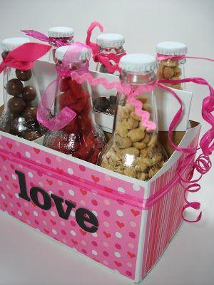 Outra ideia é colocar petiscos dentro de pequenas garrafas e caprichar na decoração da cestinha.