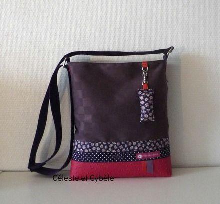 Sac en toile enduite violette (effet damier) en partie haute et simili cuir autruche fuchsia en partie basse. Deux biais en tissu, le premier en Liberty Bellis violet et le second  - 12634519
