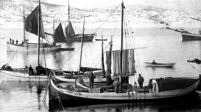 Båter fra Kjerstad. Fembøringen NORDSTJERNEN på Lofoten trolig i Rinøyvåg ca. 1910. (Foto: Hans M. Kanstad)  Bak NORDSTJERNEN stikker en halvfemteroring stevnen fram, så en firroring. Bak firroringen ligger så en listerbåt (med stevnen helt i venstre bildekant). Denne listerbåten het BLÅHAIEN og var fra Strand. Det vanlige var at listerbåtene hadde en mast.