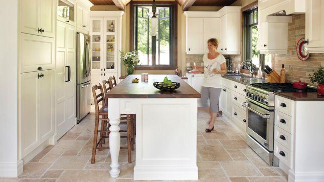 Des armoires moulurées, des corniches, le bois omniprésent, des chaises d'esprit colonial: une cuisine champêtre, mais de facture actuelle!