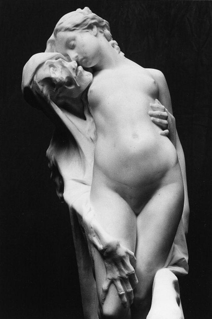 あどけない少女の太ももと脇腹を這う死神の両腕。接吻すれすれに寄せた口元からは、背徳的なエロスが漏洩する。ドイツの詩人クラウディウスが詩を書いた、シューベルトの歌曲『死と乙女』の影響もよぎる。仏の彫刻家Pierre Hébertの作品。 pic.twitter.com/rPERhjm1EJ