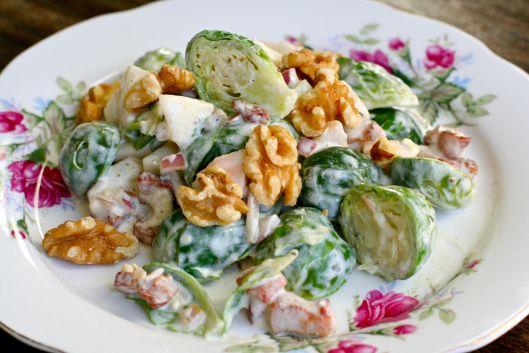Rosenkålsalat med bacon, valnøtter og blåmuggostdressing