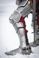 L'armure de jambes de chevalier, armure avec gravure, cretons, genouillères et plaques supérieures. Grand choix, la qualité solide et le prix raisonnable pour l'armure sur mesure.