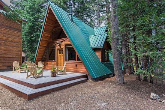 Casa din lemn cu acoperis abrupt
