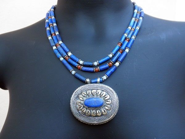 The beauty of this stone has made recurrent ethnic necklaces material, very fashionable these days.