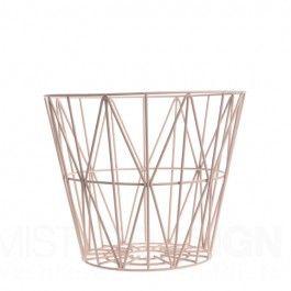 Heeft u een mand nodig voor het opbergen van brandhout, dekens, kussens, garen, tijdschriften, speelgoed of wasgoed? Noem het maar op, deze multifunctionele draadmand van Ferm Living biedt de oplossing!  U kunt de Wire Basket zelfs ondersteboven zetten en gebruiken als extra stoel of bijzettafel. Of, indien u heel creatief wilt zijn, de Wire Basket gebruiken als een lampenkap. Wire Basket is dus lekker functioneel maar ook zeer mooi.     De draadmanden zijn gemaakt van ijzerdraad met…