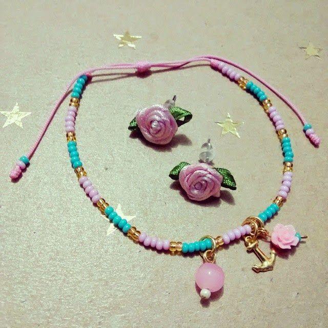 Conjunto Rositas Rosa Pastel Materiales: Mostacillas checas, hilo celular, rositas de tela, rositas de resina, accesorios de oro goldfield, perlas de vidrio