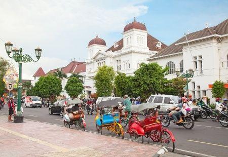 Malioboro  Jalan sepanjang 1,7 km itu menjadi salah satu ikon Yogyakarta selain makanan khasnya, gudeg. Jalan Malioboro adalah salah satu dari tiga jalan yang membentang dari Tugu Yogyakarta hingga perempatan Kantor Pos Yogyakarta.