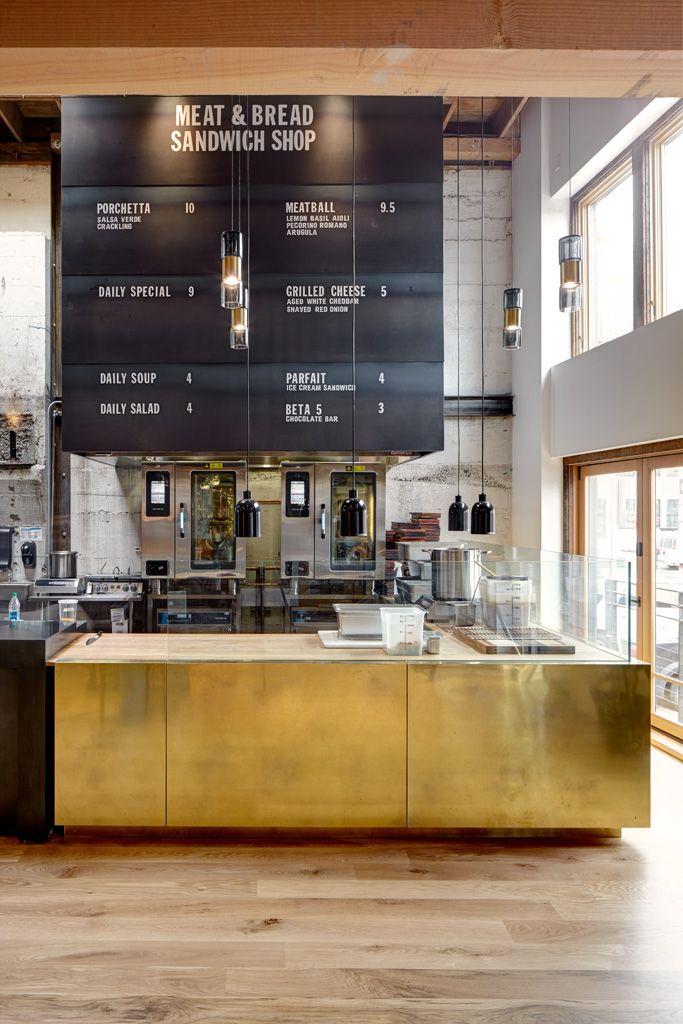 Brass counter & blackened metal menu board- barra de bar de latón- expositor de menú de metal en negro con letras imantadas. Oldstones ideas