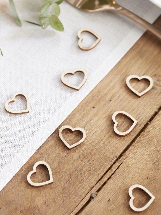 25 cuoricini decorativi in legno.  Romantici cuoricini in legno per decorare i tavoli.  Misure: 2 x 2 cm. #matrimonio #wedding #candybar #weddingmoment #weddingideas #dolci #weddingmoment #cuori #legno #allestimento #accessori #confettata