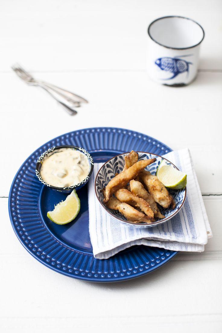 Iscas de pescada com molho tártaro | #ReceitaPanelinha: Começa pela escolha do peixe: a pescada, bem acessível. E termina no molho que acompanha o petisco. Que tal o tártaro, feito com mostarda dijon, picles e alcaparras?