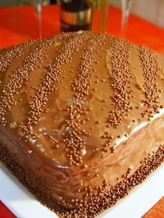 Mod de preparare Tort cu ciocolata: Blat: Untul moale se freaca spuma cu jumatate din cantitatea de zahar si esenta de vanilie. Se adauga treptat ciocolata