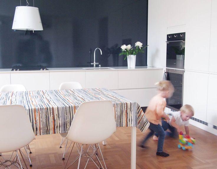 Osa 1 // Tässä äidin, isän ja pienen pojan valoisassa kodissa vauhtia riittää varsinkin leikkikavereiden kyläillessä.