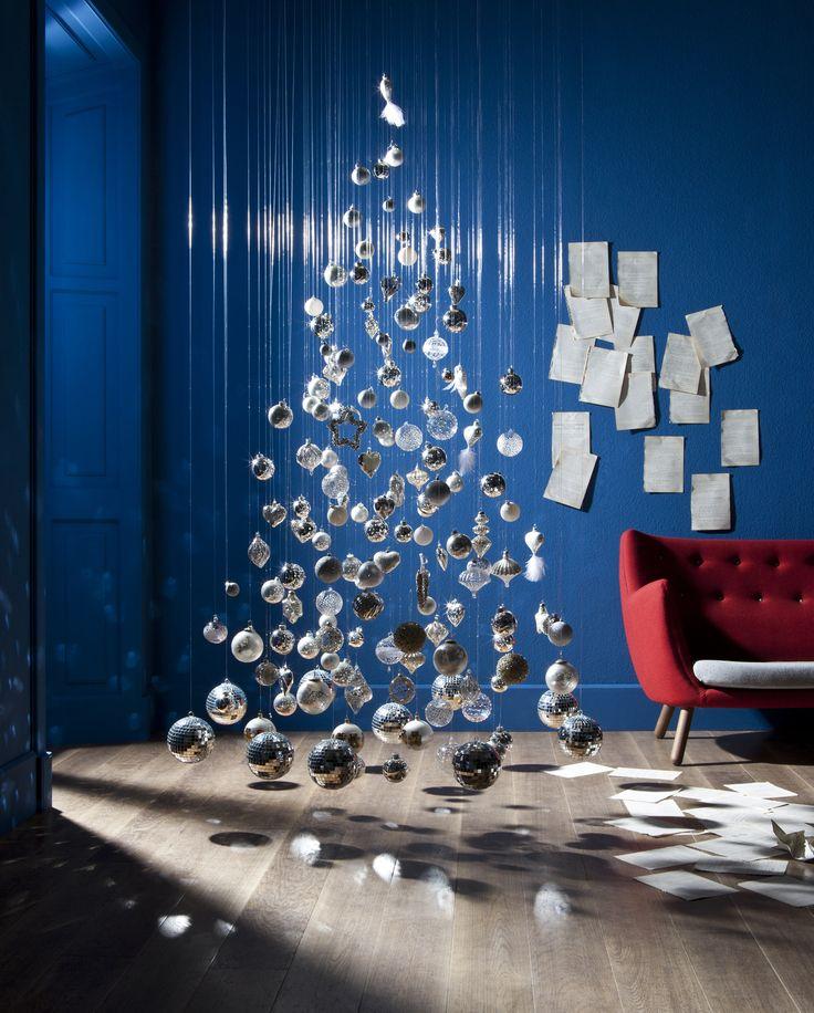 Fai da te l'albero di Natale in 20 modi diversi http://www.donnamoderna.com/casa/natale-fai-te/20-idee-creative-addobbare-albero-di-natale-low-cost/photo/Albero-di-Natale-sospeso-magia-in-casa#dm2013-su-titolo