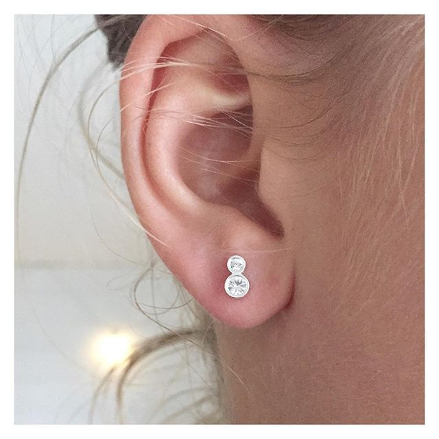 Hopeiset korvikset kahdella safiirilla (185€) #silver #sapphire #earrings #finnishdesign #handmadejewelry #oonaarmiajewelry