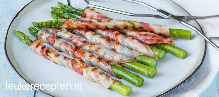 Ideaal groente bijgerecht van asperges omwikkeld met spek voor bij de barbecue.