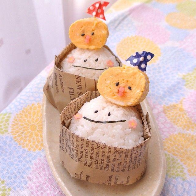 . . 今日の #娘弁当 は #軽食 . 今までおにぎりはラップで包んで 持たせてたから、 . 前回の、どやって食べたらいいか分からなかった。と… . なので、ワックスペーパーで包んでみた。 . 今日はひよこちゃん、失敗。 でもまぁ、いいかw . 2015.6.7 . #顔おにぎり #顔おむすび #顔むすび #デコおにぎり #デコ弁 #ひよこ卵焼き #ひよこ #お弁当 #お弁当記録 #中学生弁当 #中学生女子弁当 #女子中学生弁当 #部活弁当 #部活応援弁当 No.32 . . #娘 #時間がない ため #1個でいい と #残り は #旦那 の #朝ごはん  #おっさん には #可愛すぎる #朝食 w