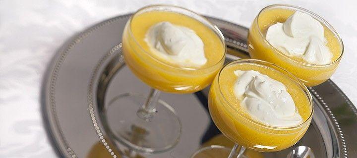 Fris dessert van gepureerde mango met een toef zachte room