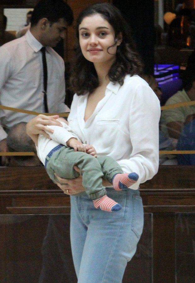 Com o pequeno Otto no colo, Sophie passeou em shopping no Rio