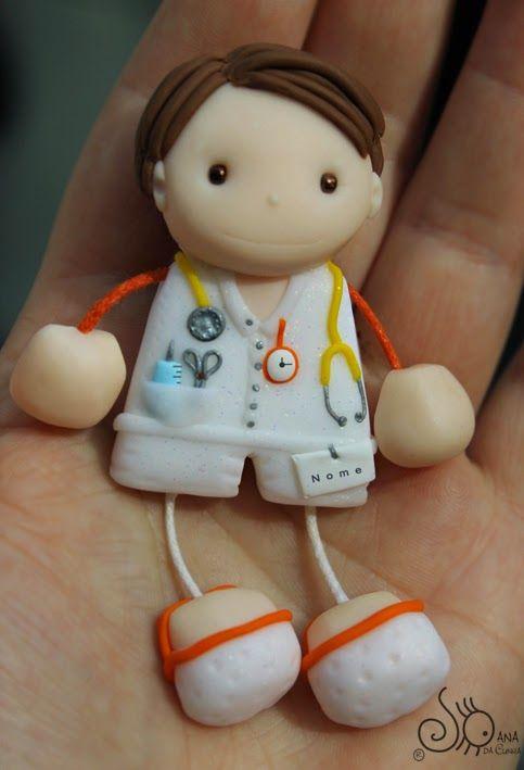 Enfermeiro com estetoscópio, seringa e tesoura no bolso, relógio laranja. Crocs brancos com risca laranja