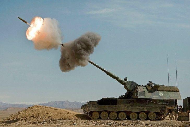 Panzerhaubitze 2000 firing its 155mm main gun