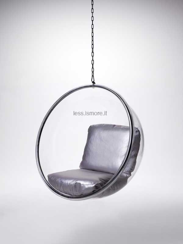 Bubble Chair, Eero Aarnio, 1968. Tubolare e catene in acciaio inox lucidato; scocca in acrilico trasparente; cuscini rivestiti in skai argentato, pelle o tessuto. Fornita di catena.