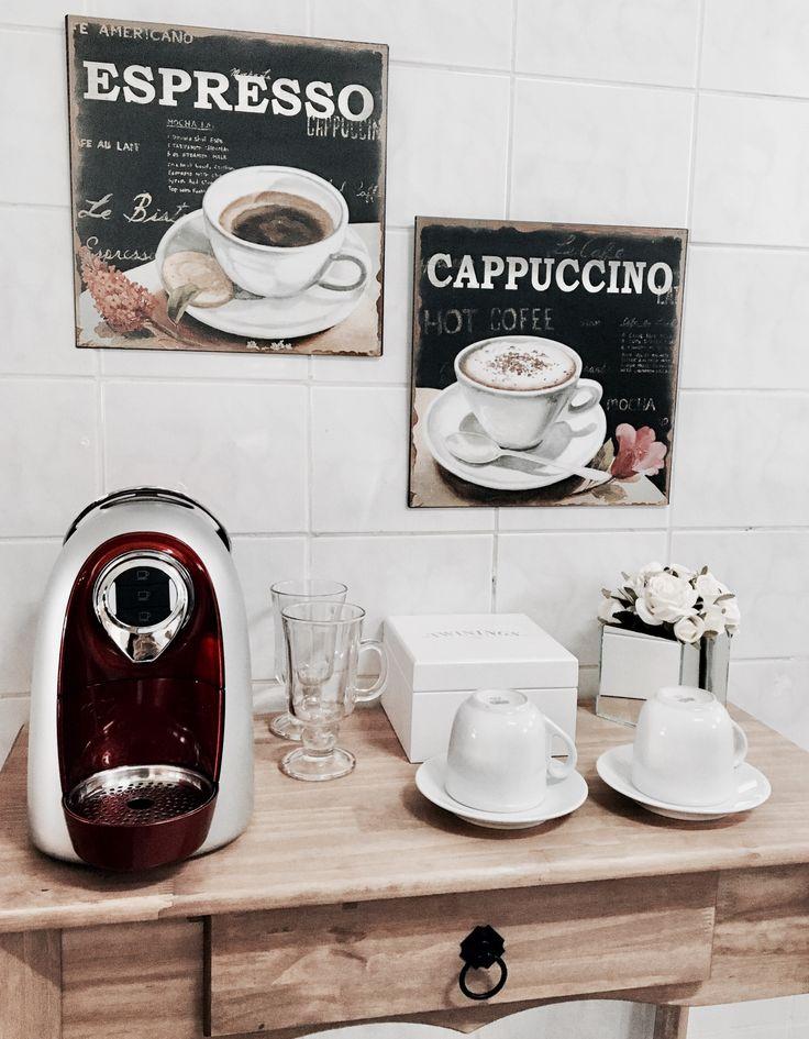 #cantinhodocafe #coffee #trescoracoes #cafeteira #aparador #home #homedecor #apê #morninglife #morning #cappuccino #espresso #coffelover