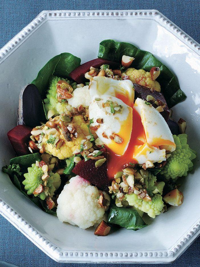 とろとろ卵+カリカリナッツの食感ミックスが正解! ケールとビーツも入って、ヘルシー効果もさらにアップ。 『ELLE a table』はおしゃれで簡単なレシピが満載!