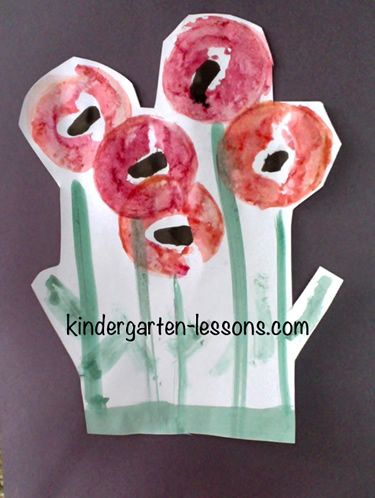 Remembrance and Veteran's Day for apple stamp poppies   http://www.kindergarten-lessons.com/remembrance_day_for_Kids.html