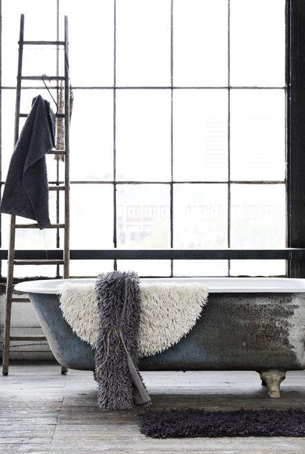 Prachtig stalen ruiten in de badkamer... op zoek naar authentiek staal voor deuren, ramen, puien op maat? www.molitli.nl