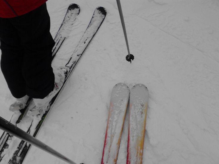 Sporty zimowe…. Czyli Aktywna Studentka na stoku część II.  Pamiętajmy o tym, że nie jesteśmy sami na stoku – kontrolujmy prędkość i uważajmy na innych narciarzy, a szczególnie na snowboardzistów, którzy uwielbiają przesiadywać w grupkach na stoku. Nie muszę chyba też wspominać o zakazie jazdy po alkoholu:)