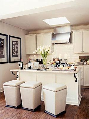 Elegant breakfast bar stools - Photo: Courtesy of House Beautiful