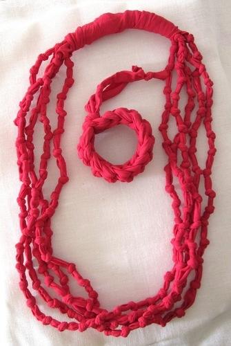 Collana e bracciale in tessuto - rosso di A mano con Amore su Bl...