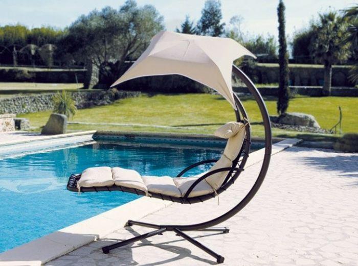 Hängesessel Mit Gestell Am Schwimmbad Weiße Sonnenschirm