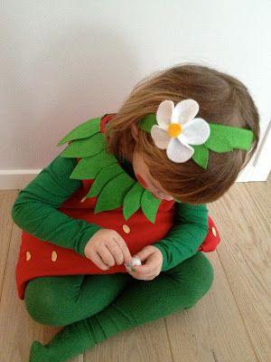 Det er tid for karneval!!   I år ble det jordbær-kostyme på snuppa mi. Hjemmelaget!   Man kan jo strengt tatt kjøpe ferdig på le...