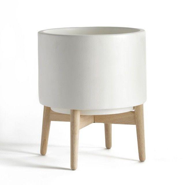 Un cache pot en céramique très déco sur une sellette pliante en bois