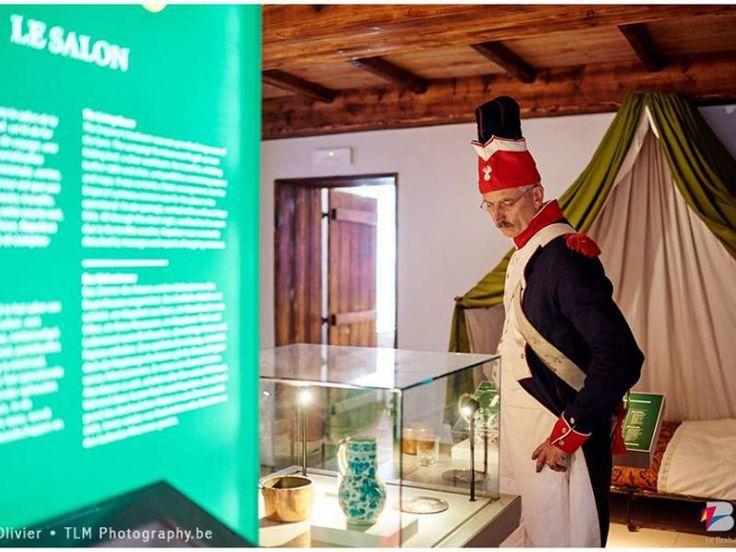 Het Napoleon's Laatste Hoofdkwartier is het enige Napoleontische  museum van België. In deze oude boerderij bedacht Napoleon zijn  strategie en ontvouwde hij zijn plannen voor het slagveld.    Op 4 km van de heuvel met de Leeuw bevat het museum, in een authentiek  decor, talrijke objecten uit die periode, hoofdzakelijk van het Franse  leger, waaronder het veldbed van de Keizer.