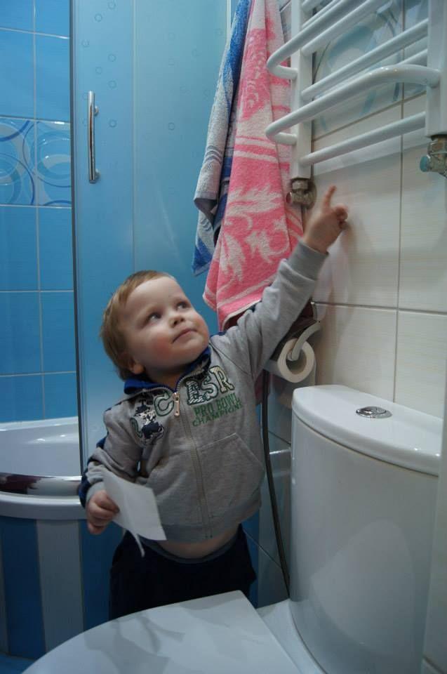 3 letni Daniel cały czas pokazywał co znajduje się w błękitnym pomieszczeniu... a to taka drabinka która będzie dawać ciepło...