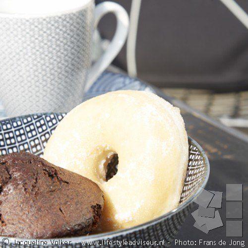 Lekker lang koffiedrinken op zondagmorgen met prachtig zwartwit servies van tokyodesignstudio . Meer foto's van deze voortuin in zwart-wit ruiten op http://www.lifestyleadviseur.nl/projects/view/voortuin-in-zwart-wit-ruiten---------------------------------------------------- Black and white tableware, beautiful china from tokyodesignstudio .   #interiorandgarden #garden #zwartwitwonen #black #tableware #huisentuin #tokyodesignstudio #koffie #tuinarchitectuur  #interieurstyling ...