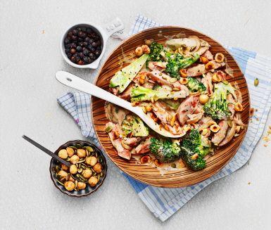 En ny variant på en klassisk vardagsrätt. Vild korv stroganoff får sin goda och fylliga smak från svartvinbärssaft, köttbuljong och timjan. Servera gärna ris och broccoli till.