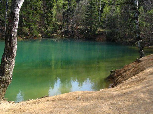 Kolorowe Jeziorka, Rudawy Janowickie. Kolorowe Jeziorka to atrakcja Rudawskiego Parku Krajobrazowego. Trzy jeziorka: purpurowe, błękitne i zielone powstały w miejscu starych wyrobisk kopalnianych. Swój kolor zawdzięczają składowi chemicznemu ścian i dna wyrobisk.