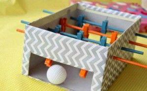 L'idée du week-end : fabriquer un mini baby-foot avec une boîte à chaussures et des pinces à linges.
