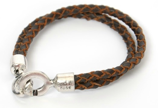 This leather bracelet is part of the collection of Bud to Rose by Didi, which presents you with a mix of ethnic styles, with inspiration drawn from the « wild wild West » as well as the glamorous life in metropolitan cities. This edgy and feminine collection is made of styles that are simple, easy to wear and combine!