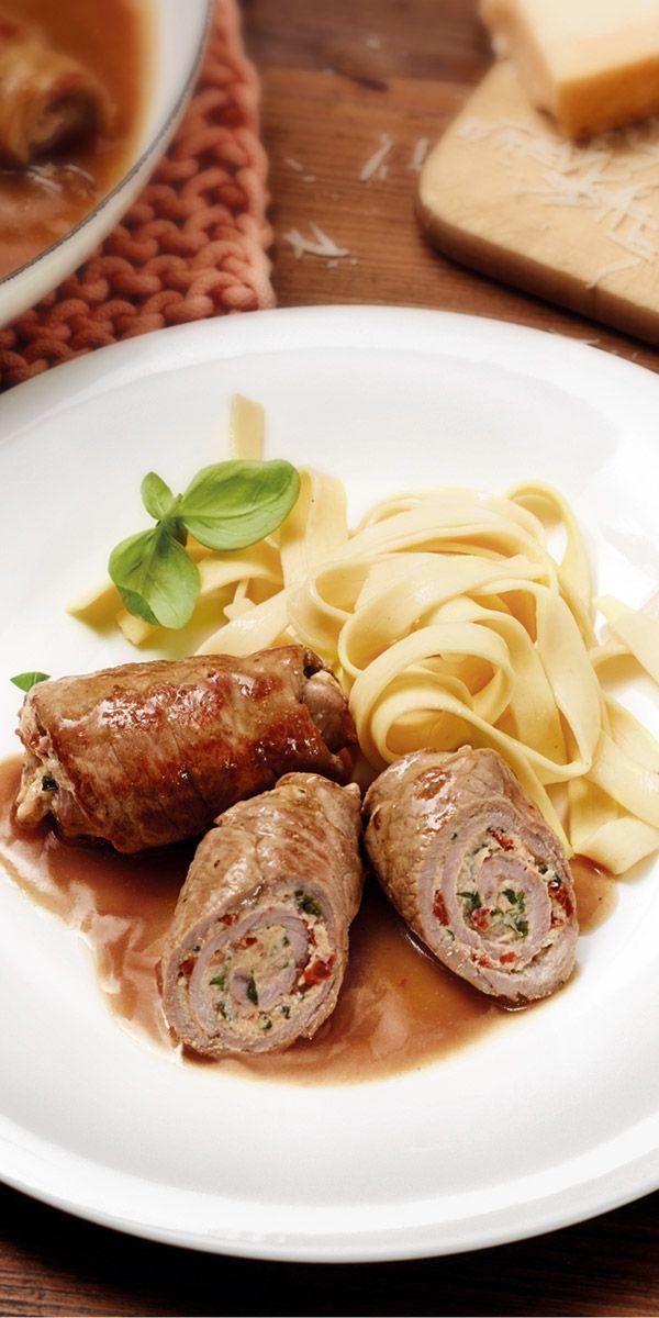 Wenn du diese Kalbsröllchen als Hauptspeise deines Ostermenüs servierst, werden dich deine Gäste lieben. Herrlich mediterran schmeckt die Füllung aus Ricotta, Basilikum und Tomate. Bandnudeln eignen sich ideal Beilage.
