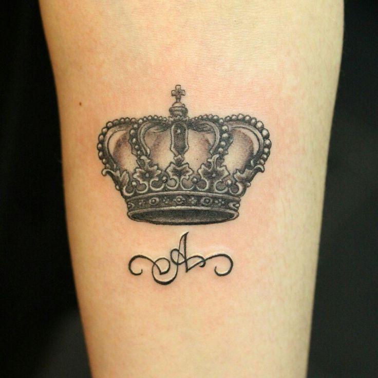Татуировка - Корона и первая буква имени. Тату сделана одним сеансом, по предварительно подготовленному макету/эскизу. В работе использовались грейвоши KuroSumi и пигменты от Intenze color. Студия художественнoй  татуировки и пирсинга Evolution. Тату мастер Вадим. www.evotattoo.ru. Тел./WhatsApp: 8(925)5143553. #tattoo #tattoo_corona #corona #tattoos #тату #татуировки #татуировка #тату_корона #корона #надписи #чернобелые_тату @evolution_tattoo_studio