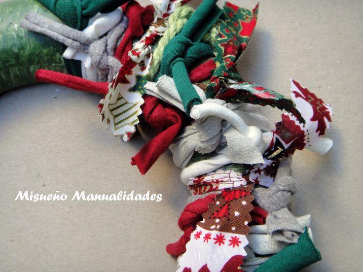 Detalle de una corona de navidad de base de porexspan y decorado con tiras de trapillo y tela.  www.misuenyo.com / www.misuenyo.es